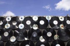 Диски винила и компактного диска привинчены к загородке Стоковое Фото
