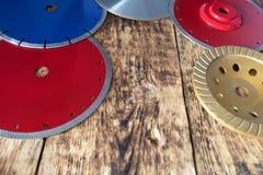Диски диаманта для бетона, бетона армированного, гранита и камня на предпосылке деревянной старой доски стоковое фото rf