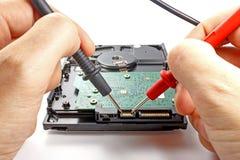 Дисковод жесткого диска испытания инженером на белой предпосылке Стоковое фото RF