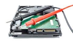 Дисковод жесткого диска с вольтамперомметром зондирует на белой предпосылке Стоковое Изображение