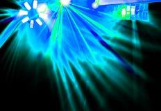 Диско освещения с яркими лучами прожектора и лазер показывают стоковое фото