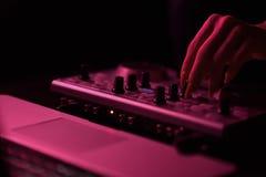 Диско смесителя DJ загоренное прожекторами стоковые изображения rf