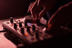 Диско смесителя DJ загоренное прожекторами стоковое фото rf