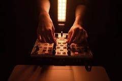 Диско смесителя DJ загоренное прожекторами стоковые фотографии rf
