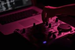 Диско смесителя DJ загоренное прожекторами стоковая фотография rf