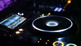 Диск-жокей играя на диско сток-видео