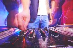Диск-жокей регулируя звук стоковая фотография rf