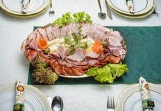 Диск закуски окруженный с частично видимым tableware Стоковая Фотография RF