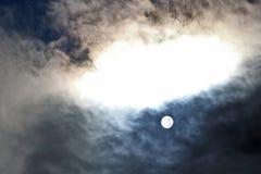 Диск Солнця в полдень через облака стоковая фотография rf