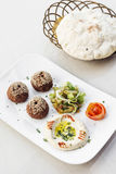Диск mezze легкой закускы стартера houmus hummus Falafel Стоковые Изображения RF