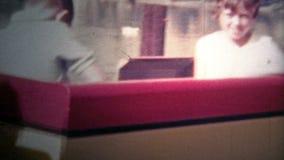 ДИСНЕЙЛЕНД, КАЛИФОРНИЯ, США - 1956: Дети на поезде Дисней по мере того как он вытягивают далеко от папы видеоматериал