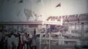 ДИСНЕЙЛЕНД, КАЛИФОРНИЯ, США - 1956: Трамвайная линия и вход Дисней с двойной палуба bu0s видеоматериал