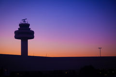 Диспетчерская вышка авиапорта на заходе солнца Стоковые Изображения