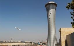 Диспетчерская вышка авиапорта с предпосылкой самолета принимая  Стоковое фото RF