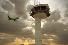 Диспетчерская вышка авиапорта иллюстрация вектора
