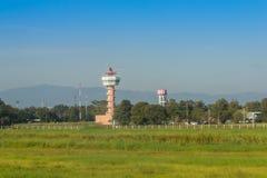 Диспетчерская вышка самолета на поле зеленой травы с предпосылкой голубого неба Стоковые Фотографии RF