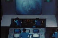 Диспетчеры проводя спутник от диспетчерского пункта акции видеоматериалы