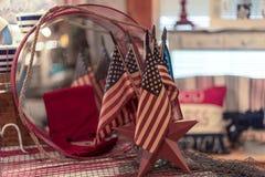 Дисплей американских флагов украшая на патриотические праздники стоковые изображения rf