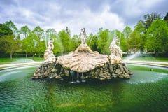 Дисплей воды фонтана со старыми статуями стоковые фотографии rf