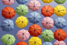 дисплей зонтика Мульти-цвета вися высоко над улицей в Иерусалиме Стоковое Изображение RF