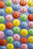дисплей зонтика Мульти-цвета вися высоко над улицей в Иерусалиме Стоковое фото RF