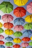 дисплей зонтика Мульти-цвета вися высоко над улицей Стоковые Изображения RF