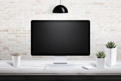 Дисплей компьютера на современном столе офиса с чашкой кофе пластмассы nad заводов Стоковые Фото