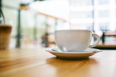 Дисплей кофейной чашки на деревянном столе Стоковое фото RF