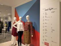 Дисплей манекена магазина покупок лорда и Тейлора Нью-Йорка стоковые изображения