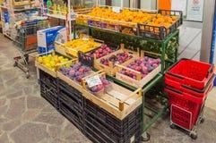 Дисплей плодоовощей с абрикосами, яблоками и сливами перед a Стоковая Фотография