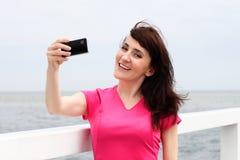 Дисплей показа женщины мобильного телефона Стоковая Фотография RF