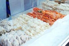 Дисплей протыкальника морепродуктов готовый для клиента для того чтобы приказать и варить Стоковые Изображения