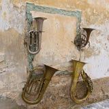 Дисплей старых аппаратур музыки на стене в старом городке Radovljica, Словении Стоковые Изображения RF