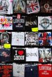 Дисплей сувениров футболок в магазине в Лондоне Стоковое Фото
