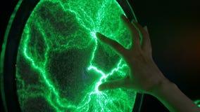 Дисплей с плоским экраном плазмы женщины касающий