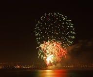 Дисплей фейерверка на прибрежном положении Стоковая Фотография RF