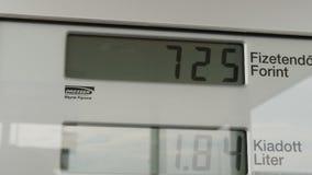 Дисплей LCD метра газового насоса подсчитывает вверх по мере того как автомобиль заправлен топливом внутри, измеряя литрами и пор видеоматериал