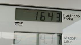 Дисплей LCD метра газового насоса подсчитывает вверх по мере того как автомобиль заправлен топливом внутри, измеряя литрами и пор сток-видео