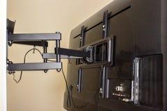 Дисплей LCD на кронштейне ТВ Кронштейн шарнирного соединения для ТВ Стоковая Фотография RF