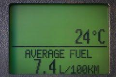 Дисплей автомобиля с средними расходом топлива и температурой Стоковое Изображение