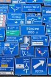 Дисплей знаков уличного движения на внешней стене швейцарского музея перехода в Люцерне, Швейцарии Стоковые Изображения
