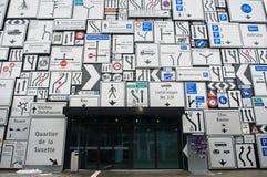 Дисплей знаков уличного движения на внешней стене швейцарского музея перехода в Люцерне, Швейцарии Стоковое Изображение