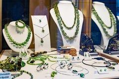 Дисплей окна зеленых украшений Стоковое Фото