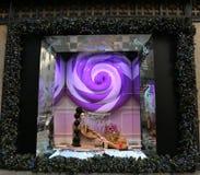 Дисплей окна праздников на Пятом авеню мешков озаглавил землю ` ` 1000 наслаждений в Манхаттане Стоковая Фотография