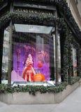 Дисплей окна праздников на Пятом авеню мешков озаглавил землю ` ` 1000 наслаждений в Манхаттане Стоковое фото RF