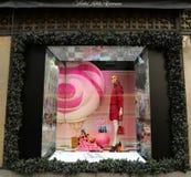 Дисплей окна праздников на Пятом авеню мешков озаглавил землю ` ` 1000 наслаждений в Манхаттане Стоковые Фотографии RF