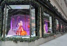 Дисплей окна праздников на Пятом авеню мешков озаглавил землю ` ` 1000 наслаждений в Манхаттане Стоковое Изображение RF