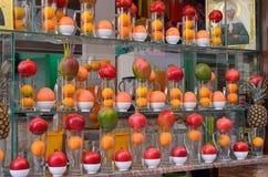 Дисплей окна плодоовощ и Juicebar Стоковые Изображения RF