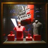 Дисплей окна украшенный с логотипом тв-шоу голоса в центре Рокефеллер Стоковые Изображения RF
