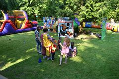 Дисплей парка атракционов в заднем дворе Стоковая Фотография RF